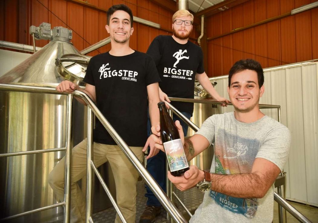 Os jovens cervejeiros, Gustavo de Maio, 24, João Paulo Pinto, 26, e Breno Taliule, 25, criaram a cervejaria Bigstep