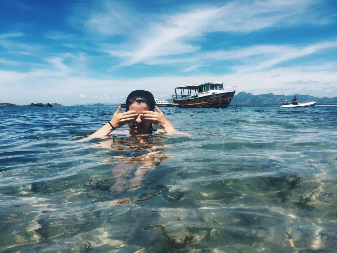 Guarapari, 126: Transparência do mar das Três Praias, em Guarapari. <aspas>Sentimento bom, pés no chão, alma leve, corpo feliz<aspas>, descreveu brendacarolinee