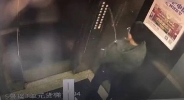 Adolescente urina em painel de elevador, provoca pane e fica preso