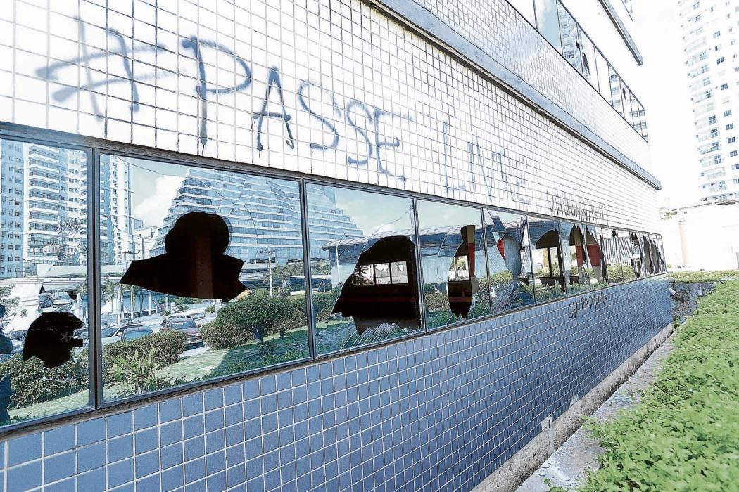 Vidraças do Tribunal de Justiça foram quebradas durante protesto   em 2013